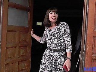 Martine, une bonne maman gangbanguée dans un sous-sol [Full Video]